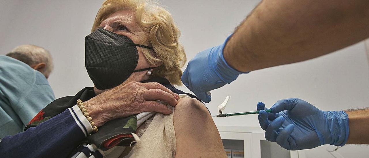 Una mujer mayor de 80 años recibe la vacuna en un centro de salud de Alicante. |
