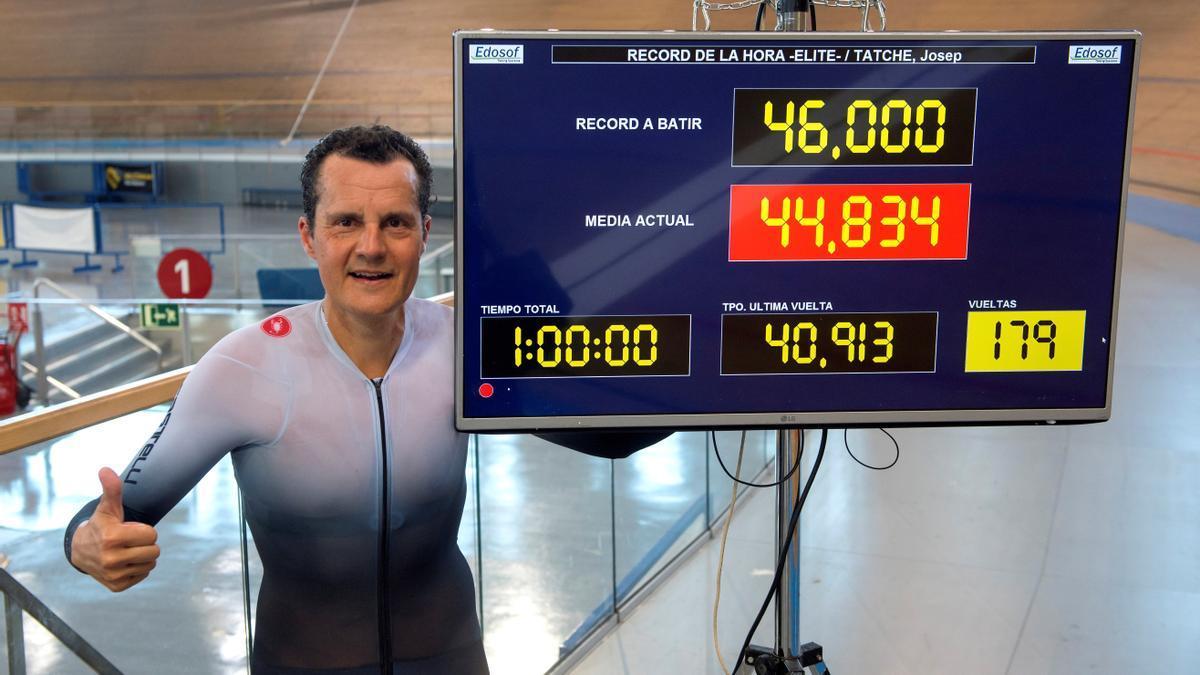Pep Taché posa con su nuevo récord de la hora.