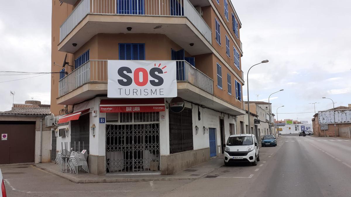 Pancarta en un edificio de Campos.