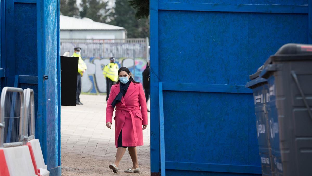 Una mujer acude a un centro de vacunación en Londres.