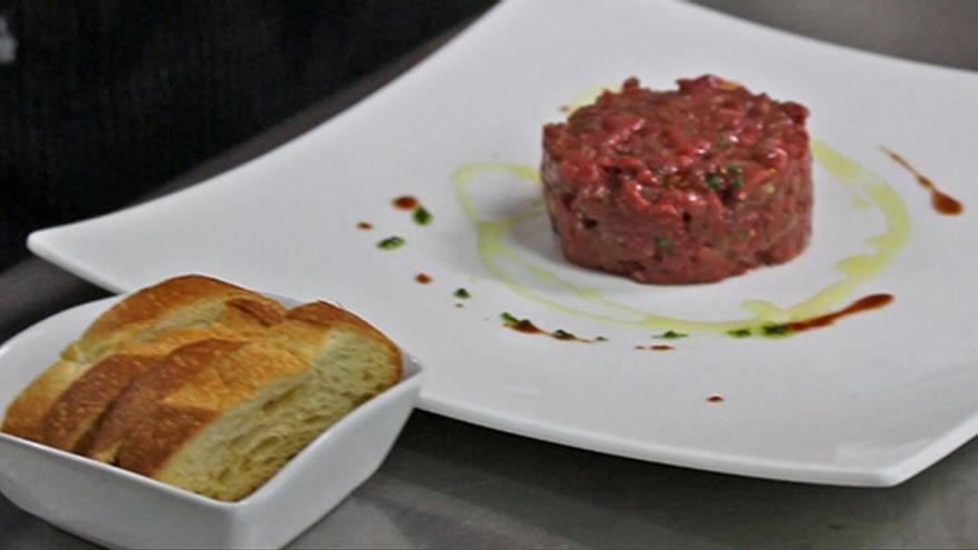 Así hace Dani Lechuga, del restaurante Bardeni, la receta del 'steak tartar'.