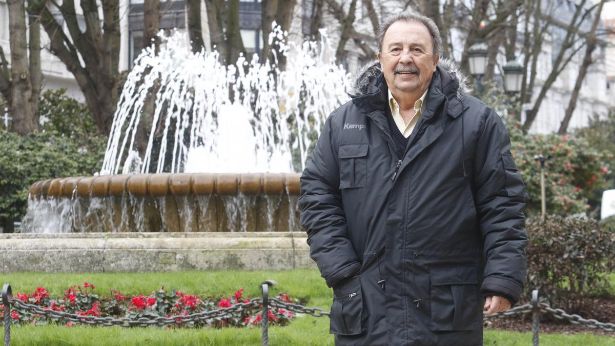 El exseleccionador nacional de balonmano, Juan de Dios Román, en la alameda de Vigo. / Alba Villar
