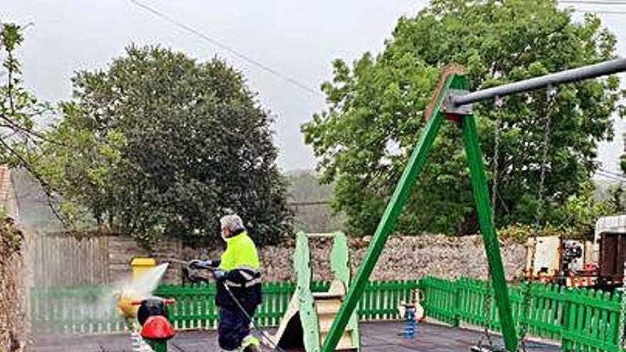 Ribadesella abre todos los parques infantiles del concejo, que desinfectará a diario