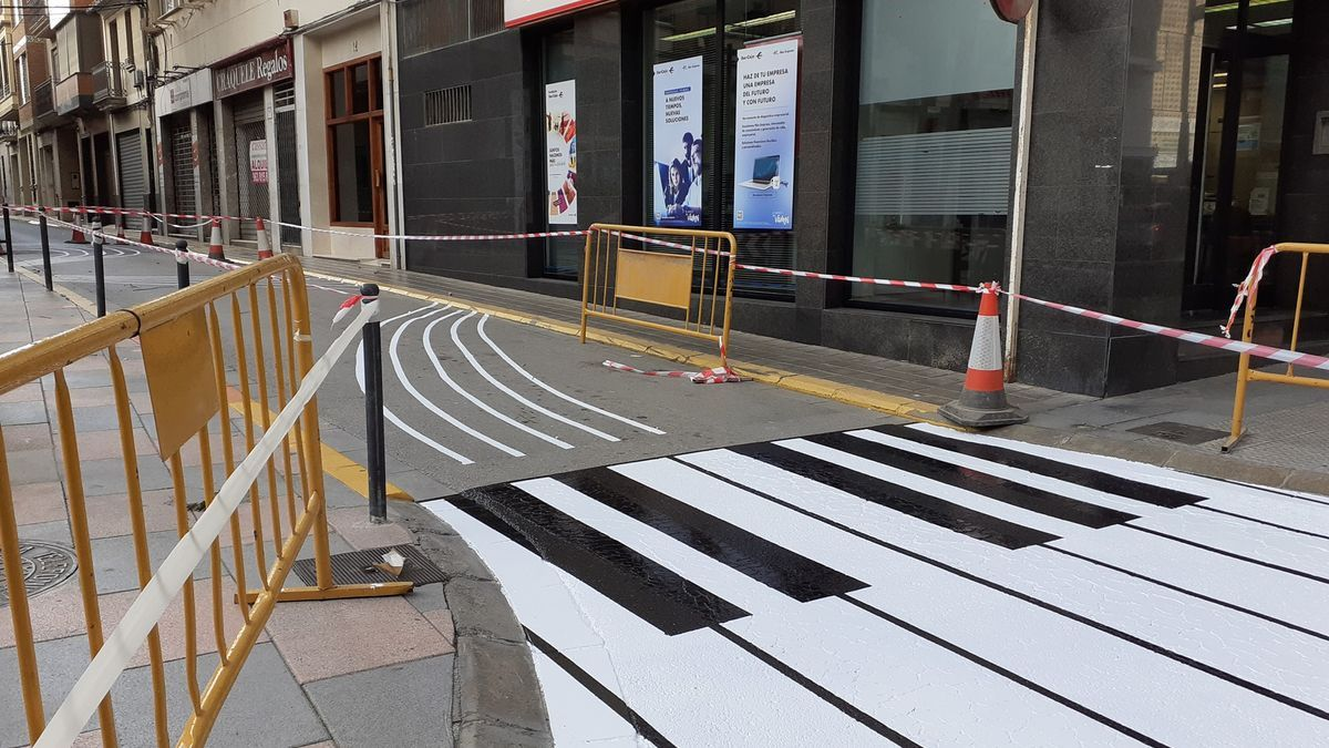 Piano pintado en la calle Colón de Catarroja