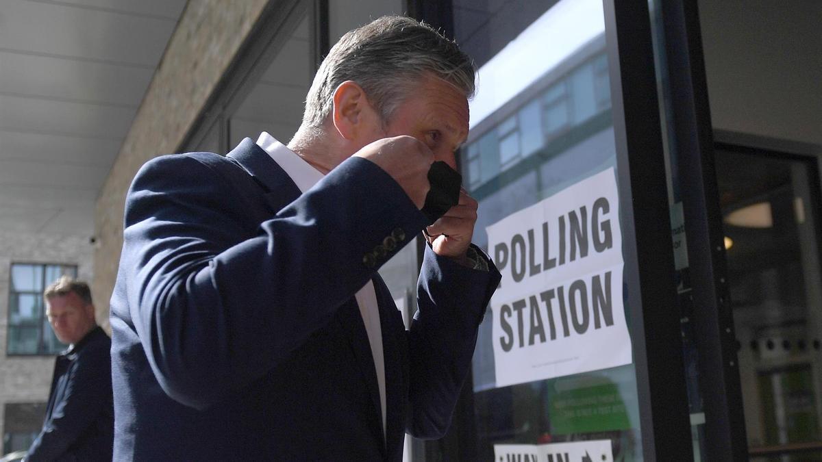 El líder del Partido Laborista, Keir Starmer, acude este jueves a votar.