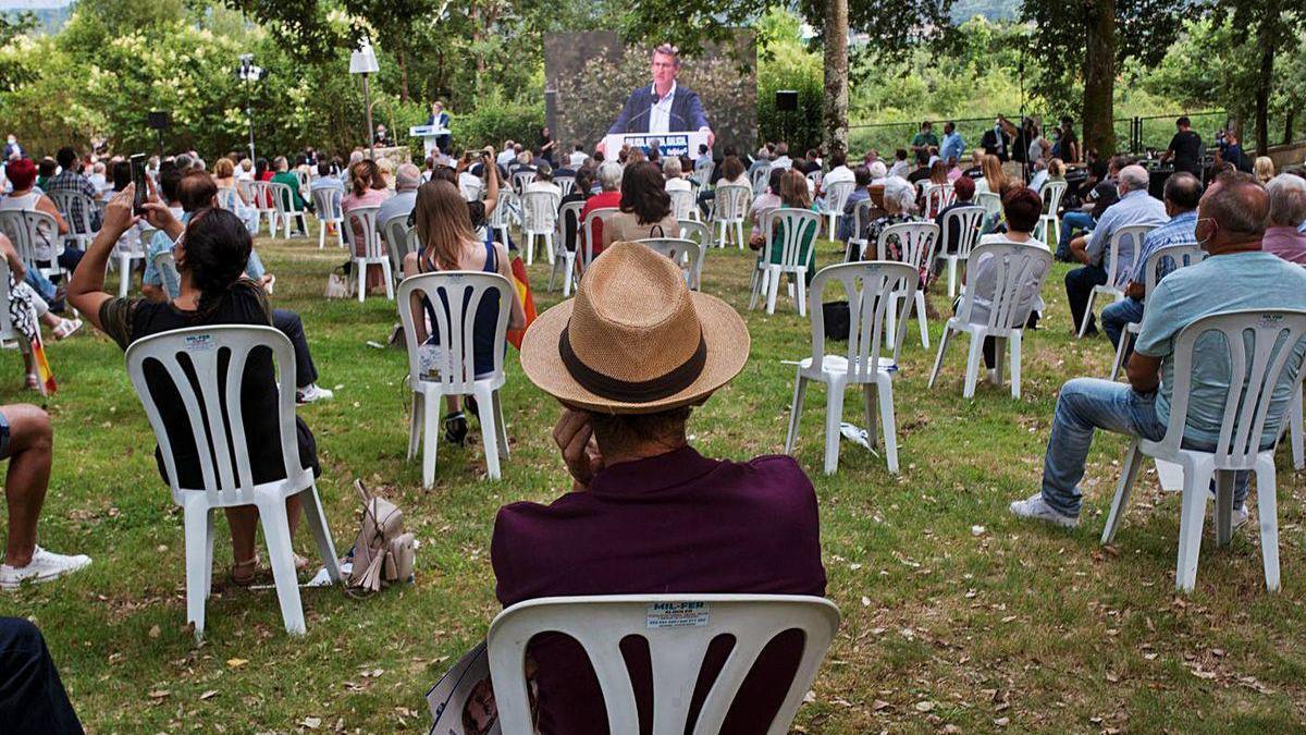 Simpatizantes del PP siguen el mitin de ayer de Feijóo en Ourense.
