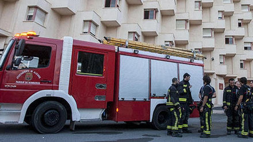 Muere una mujer en Alicante al caer al vacío en un incendio en una residencia de mayores