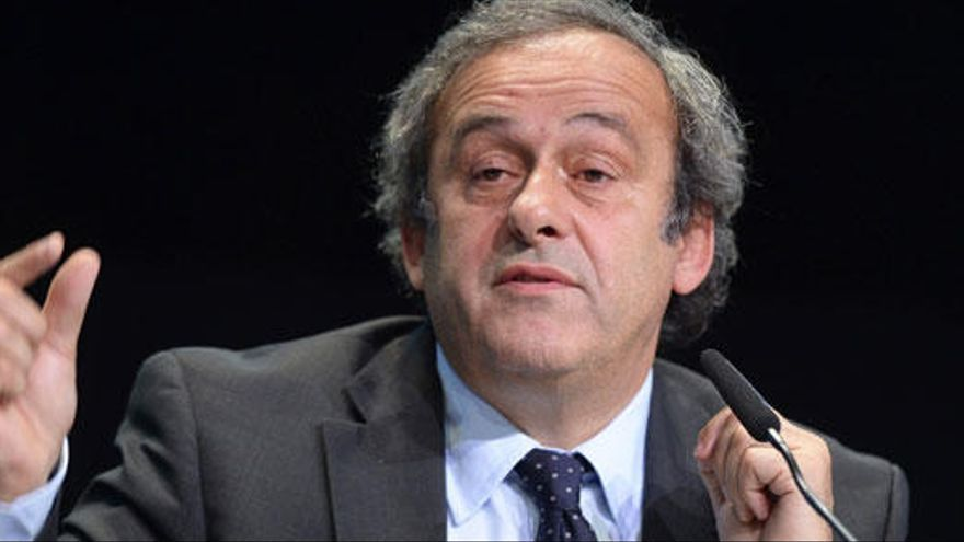 """Platini llama """"perturbado"""" a Blatter y pide su salida"""