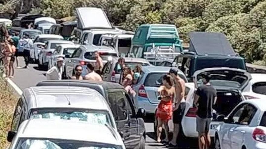 Colas de 4 kilómetros para llegar a Las Teresitas y caos en Anaga