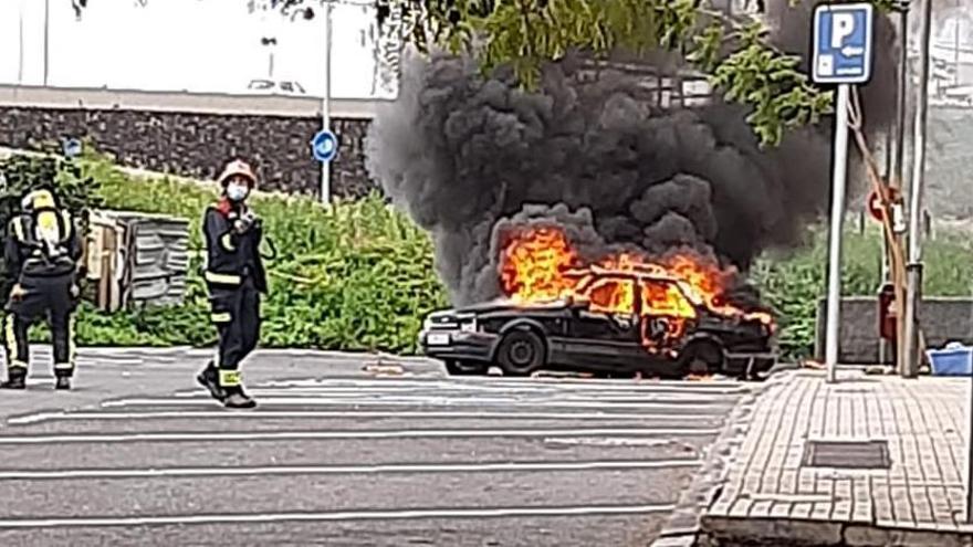 Arde el coche donde dormían dos hombres junto al Pancho Camurria