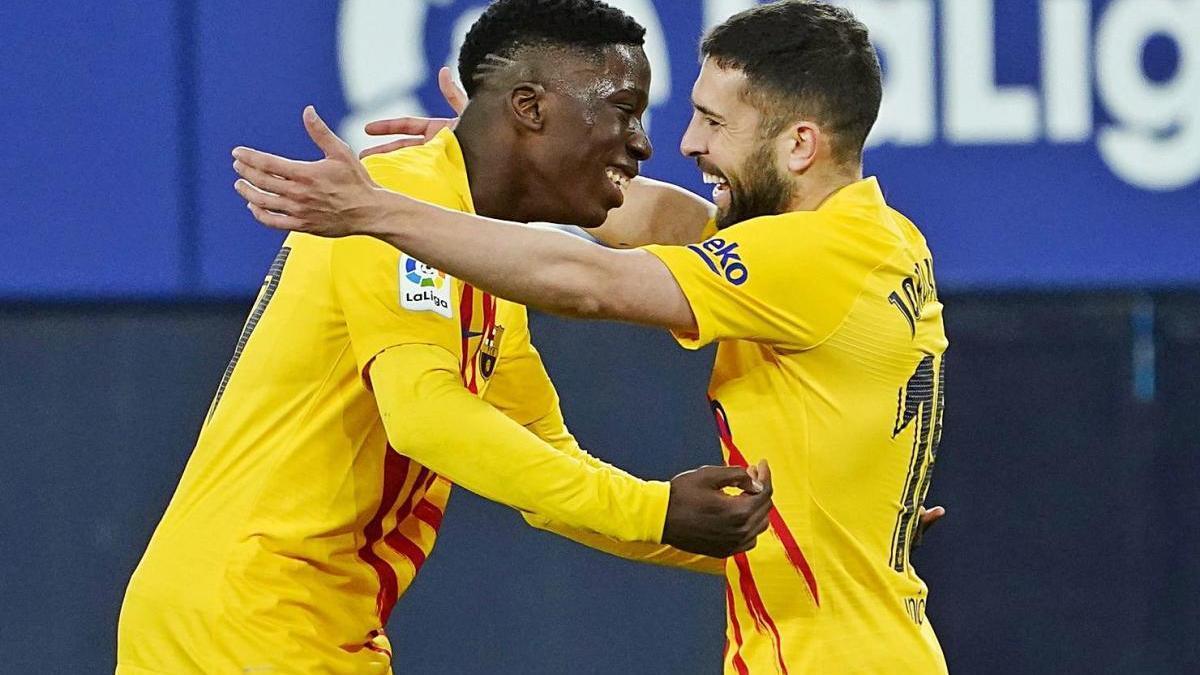 Abraçada entre Ilaix i Alba, els dos golejadors del partit d'anit a Pamplona