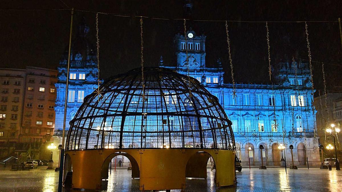 Instalación de las luces, ayer, en la plaza de María Pita.  | // VÍCTOR ECHAVE
