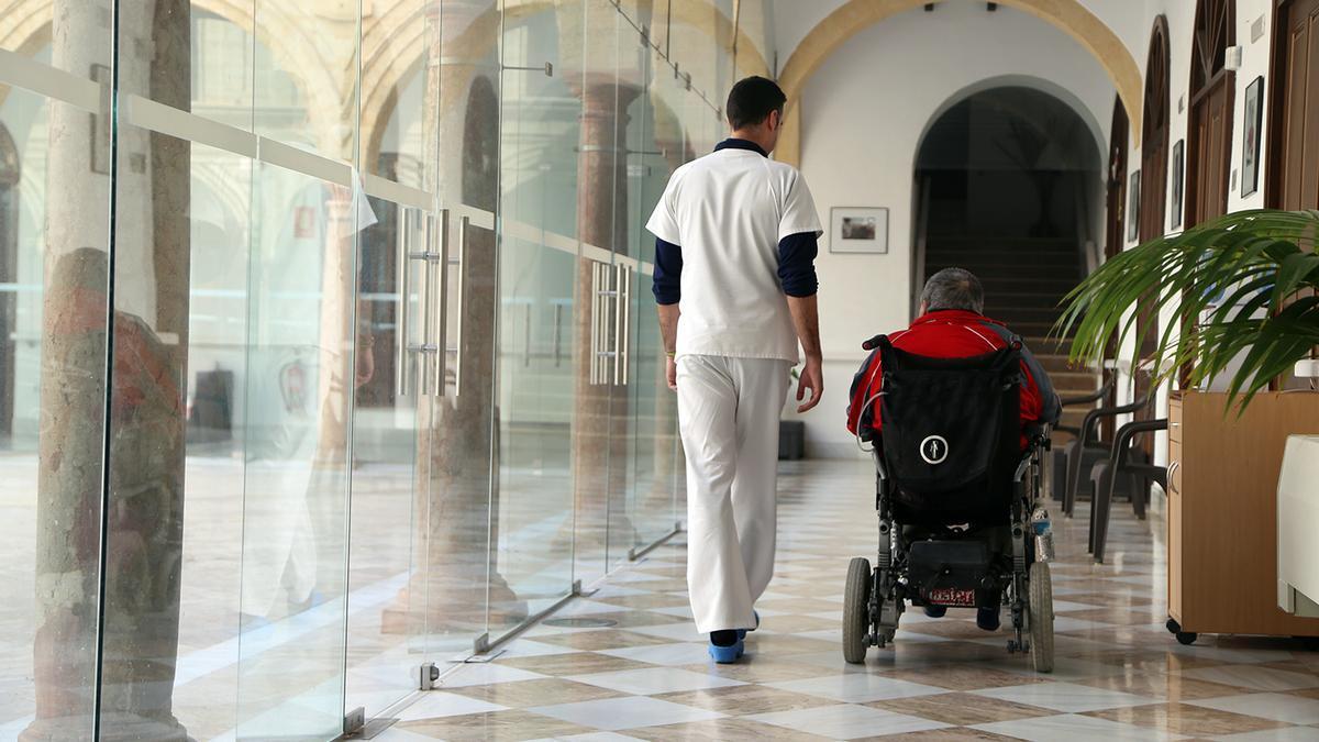 Un empleado de Monsecor acompaña a un residente en la residencia San Juan de Dios.