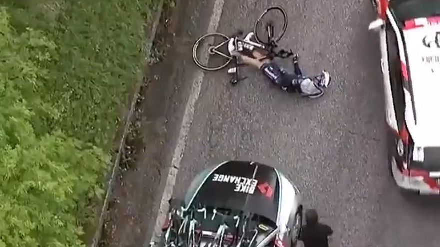 Vídeo   Un coche atropella a un ciclista en el Giro