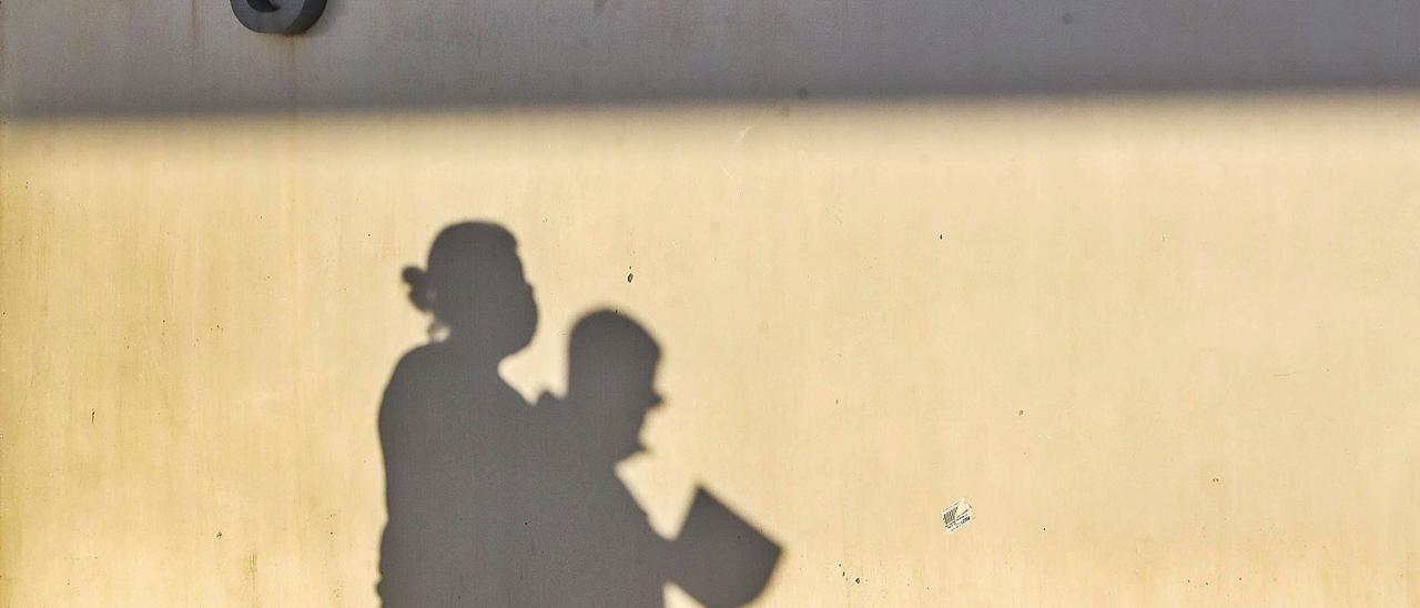 La sombra de dos sanitarios se dibuja en  el acceso a urgencias del Hospital La Fe de València en noviembre. f.calabuig