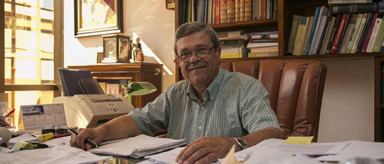 Miguel Cabrera Pérez-Camacho en su despacho en la capital tinerfeña.