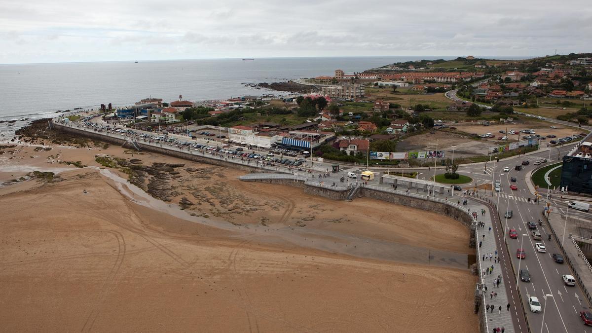 Terrenos de la Ería del Piles, frente al Tostaderu y al Hotel Abba, este último a la derecha de la imagen.