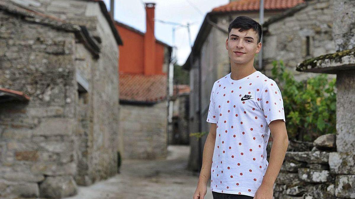 Adrián Llinares Juiz, ayer, en su aldea de Laxas, en la parroquia rodeirense de Pedroso.
