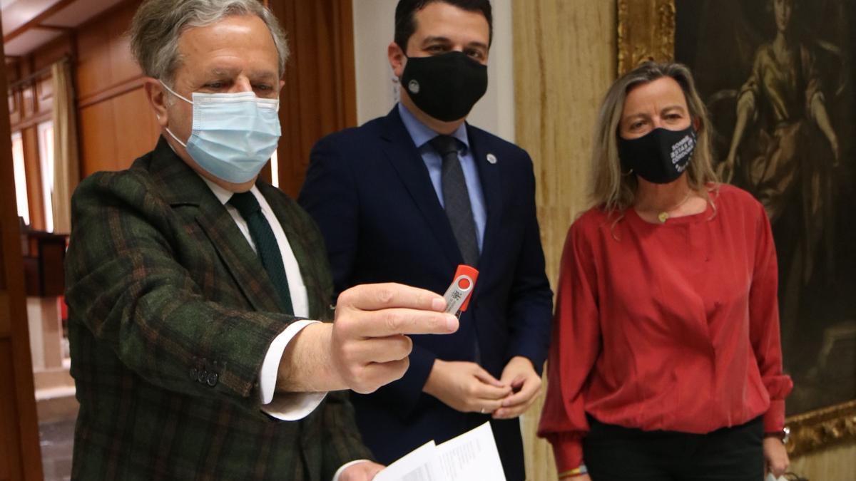 Salvador Fuentes, José María Bellido e Isabel Albás, tras aprobar los presupuestos municipales para 2021.