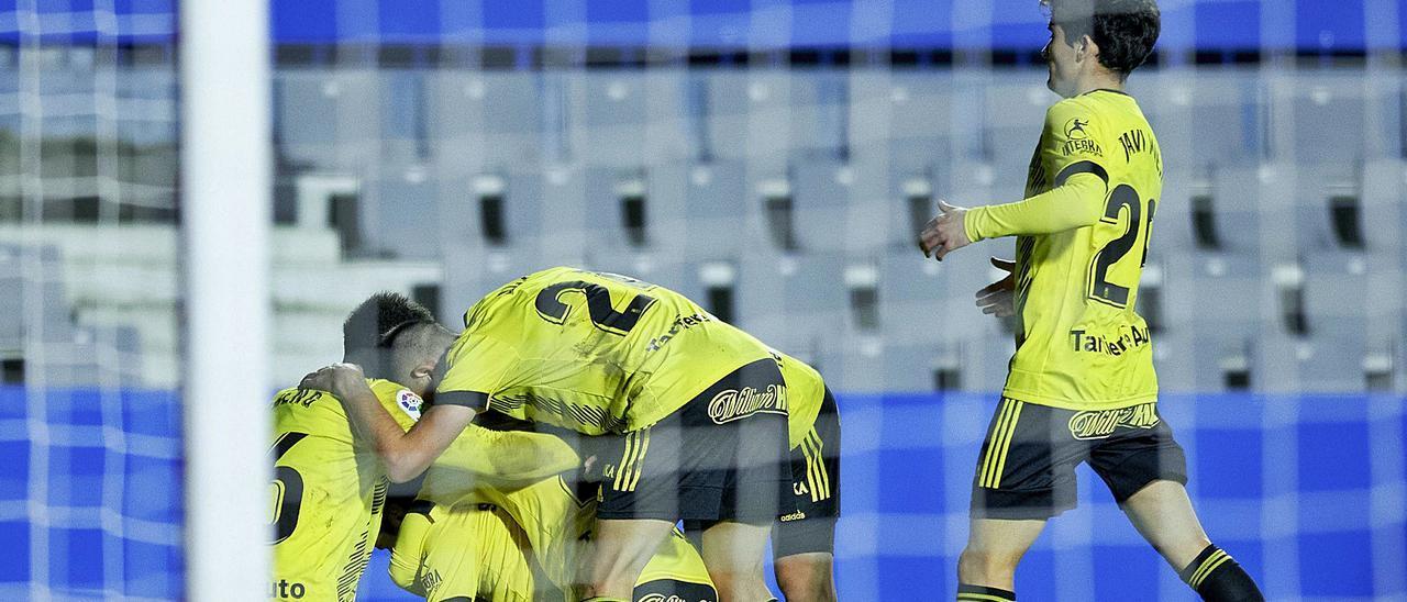 Los jugadores del Oviedo, con Javi Mier a la derecha, celebran el gol de Sangalli en el campo del Sabadell.  