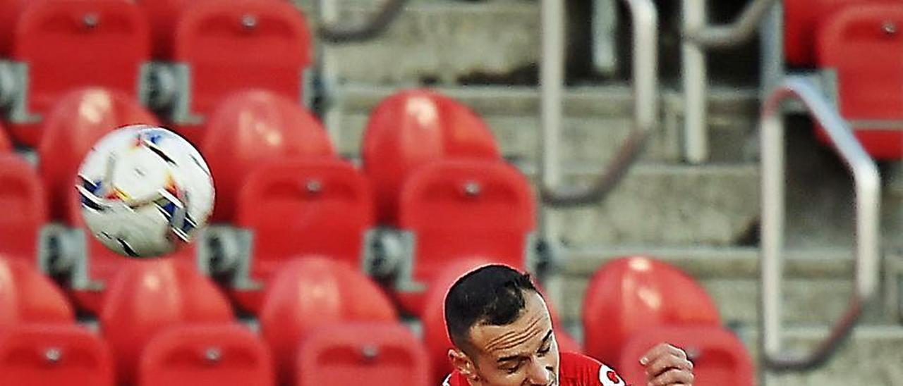 Blanco Leschuk, a la izquierda, pelea por un balón con un rival del Mallorca.    