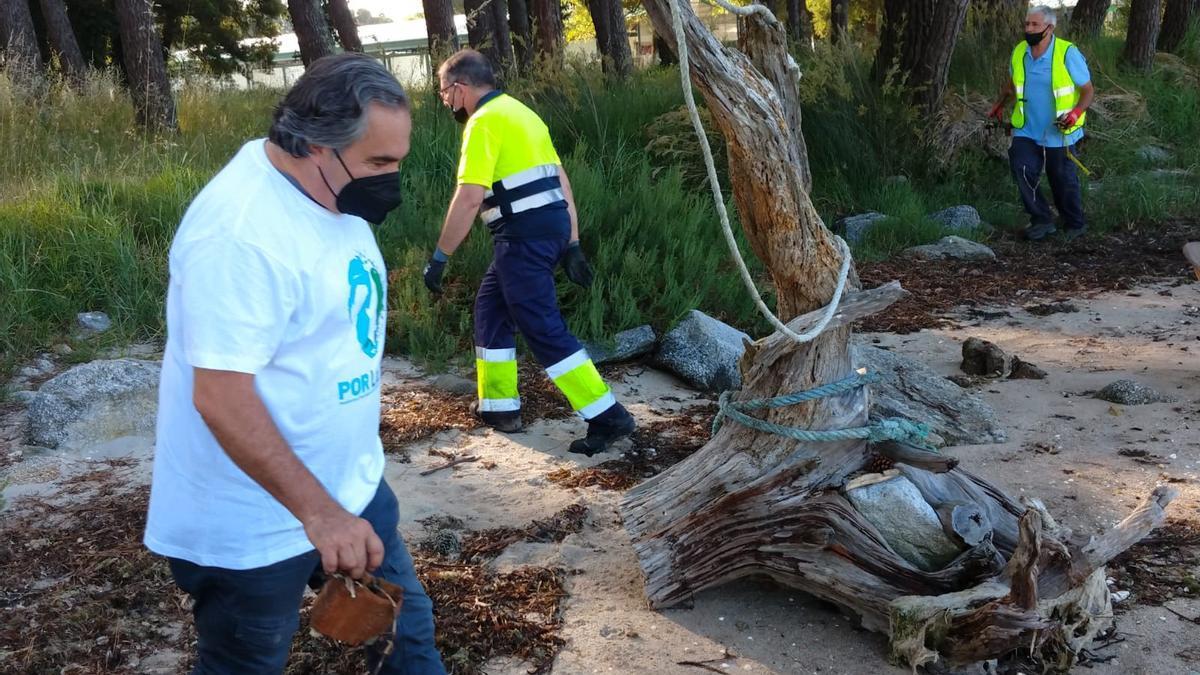 """Integrantes de la plataforma vecinal """"Por La Toja"""" limpiando la parcela Z-8 de la isla y su entorno."""