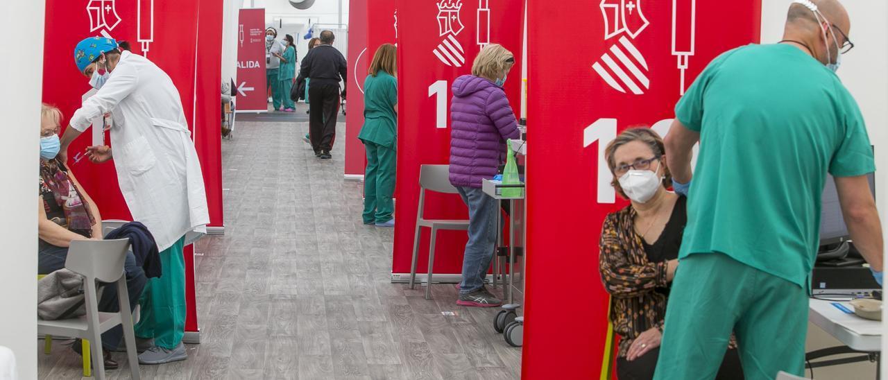 Vacunación en la carpa del Hospital de campaña del General de Alicante