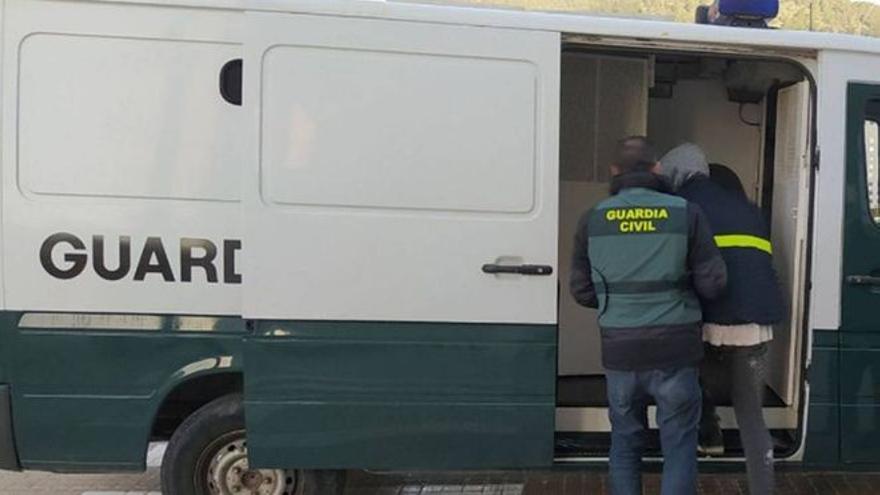 Arrestado en Ibiza un taxista ilegal que robaba en las viviendas de sus clientes