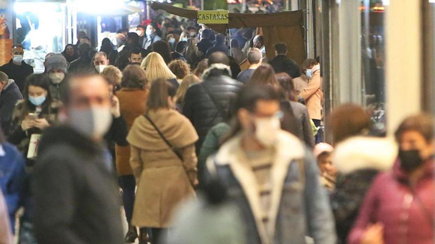 Público en una calle comercial de Alicante en la víspera de la pasada Navidad.