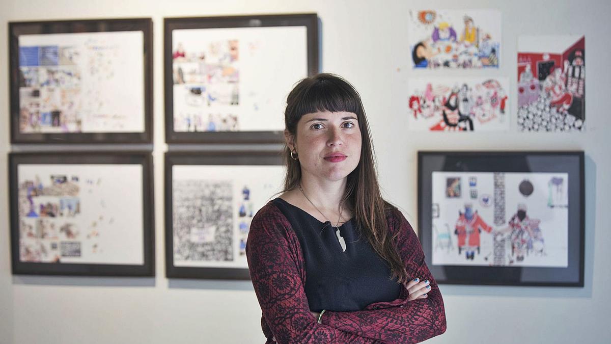 L'artista valenciana Ana Penyas (València, 1987) en una sala d'exposicions.  | FERNANDO BUSTAMANTE