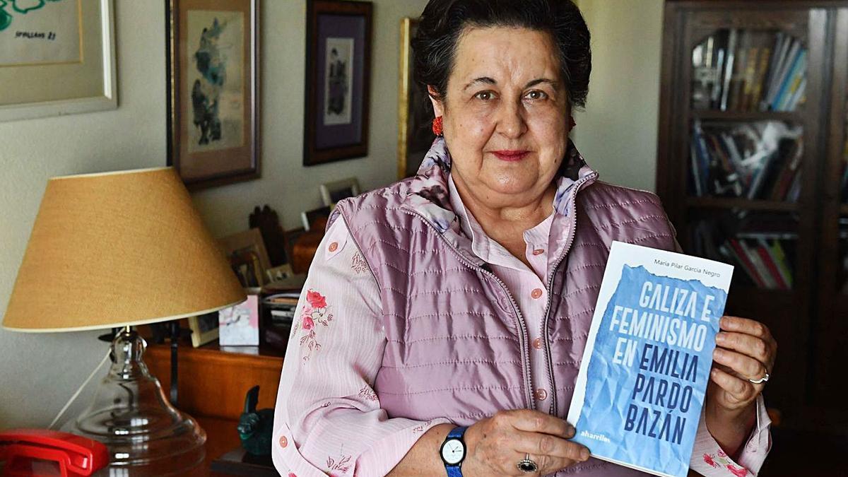 A escritora Pilar García Negro, co seu libro.