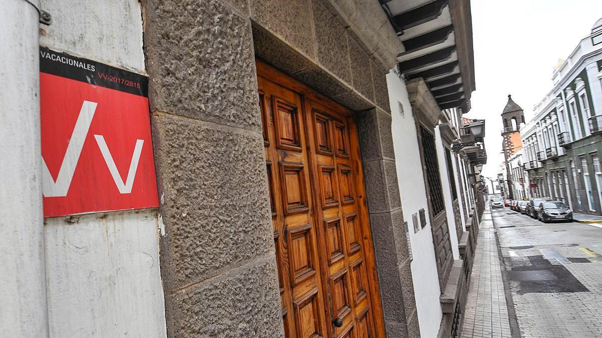 El cartel de vivienda vacacional de un inmueble de la ciudad de Las Palmas de Gran Canaria. |
