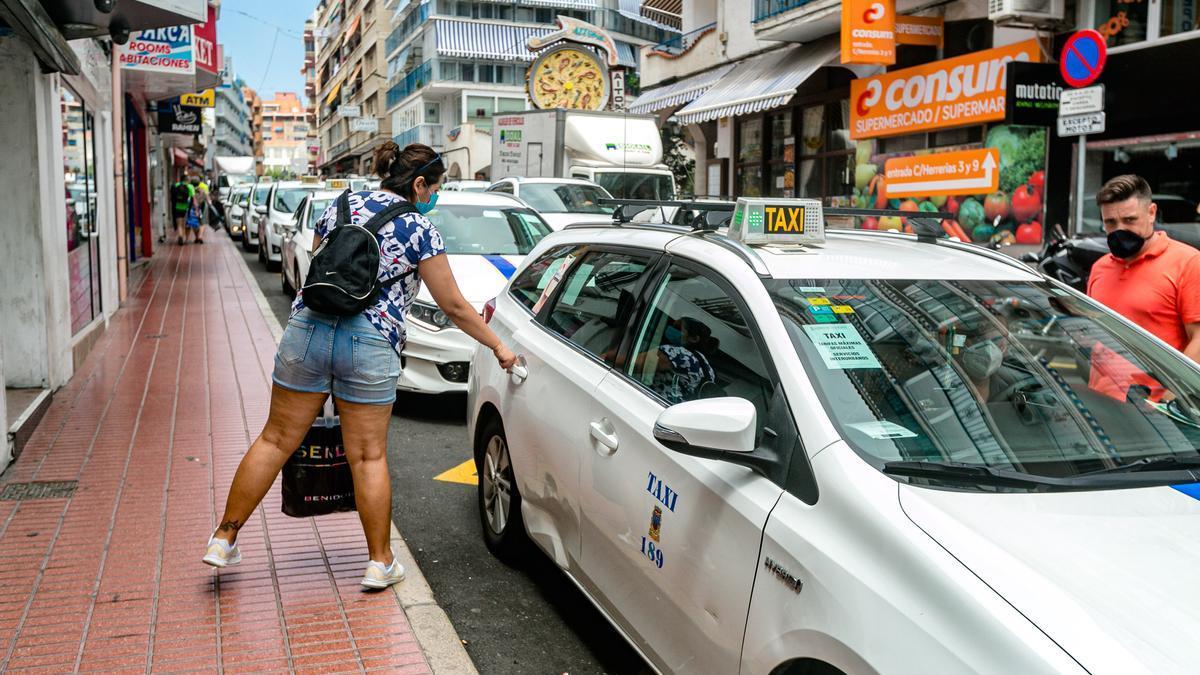 Una de las paradas más céntricas de Benidorm, con todos los taxis aparcados.