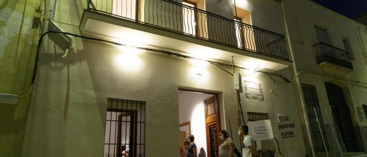 A la izquierda, el alcalde y la concejala de Cultura con tres de los hijos del lexicógrafo, en el acto del viernes. A la derecha, fachada de la casa, en la calle Sant Doménec.