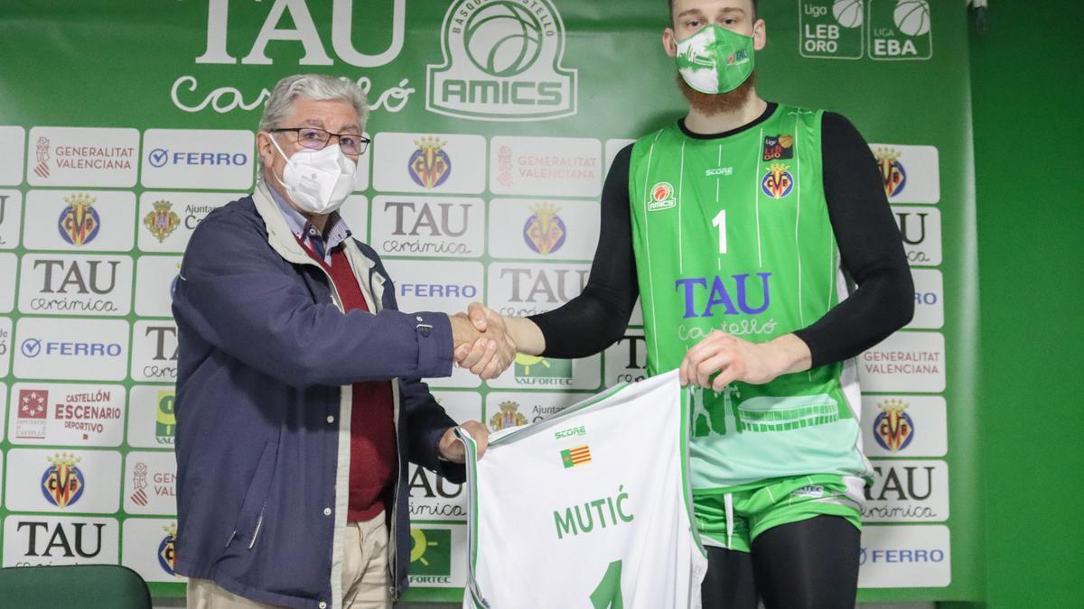 Luis García y Lazar Mutic, en su presentación con el TAU Castelló.