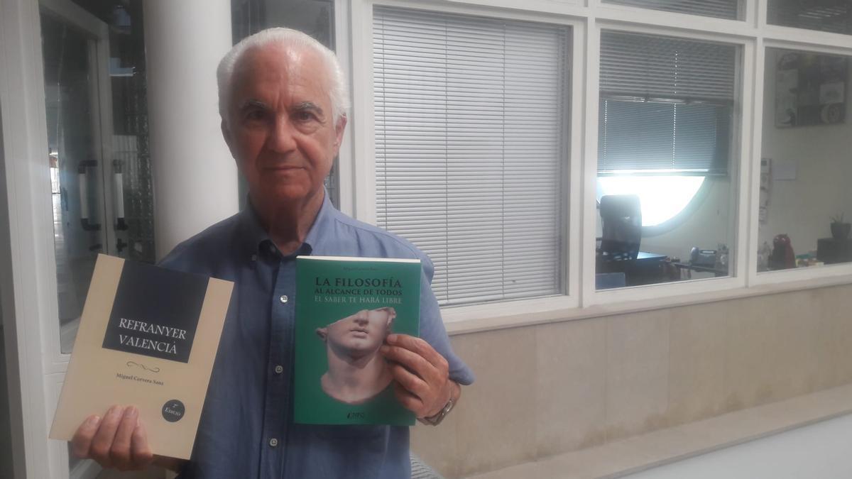 Miguel Cervera, amb els seus dos llibres.