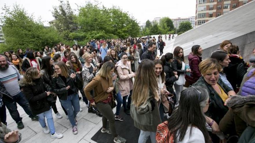 Trabajadores sociales de toda Asturias llenan el Calatrava tras una plaza en el Ayuntamiento