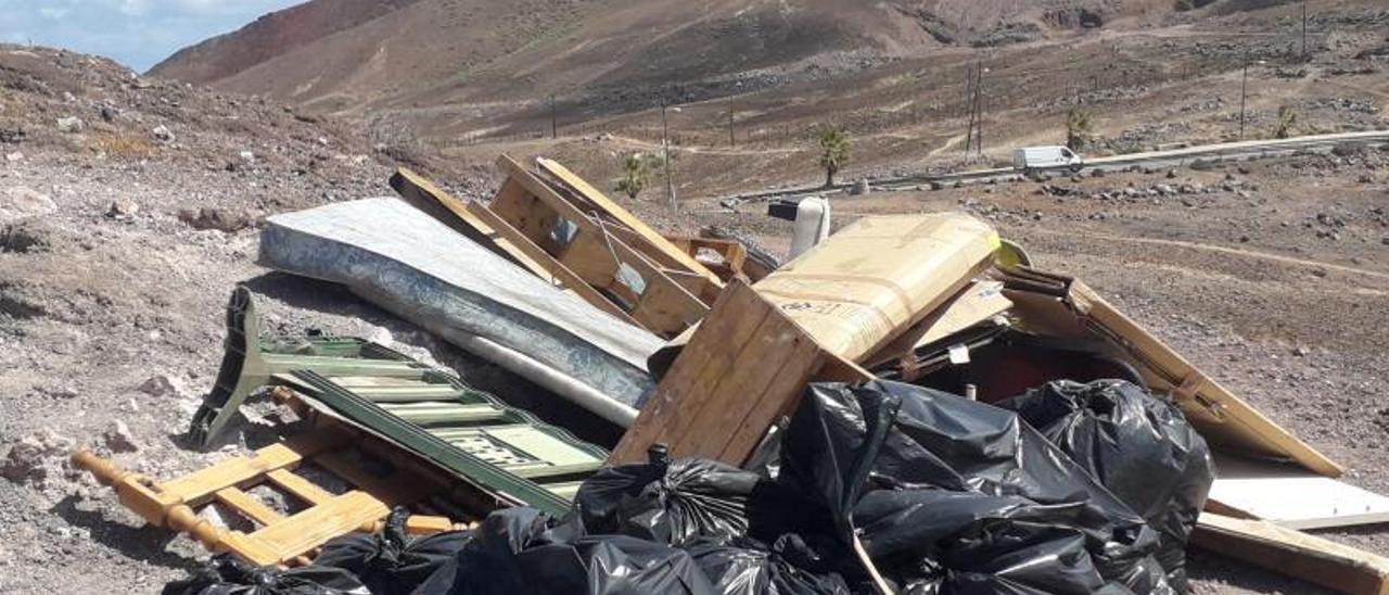 Parte de la basura y mobiliario que el Cabildo ha retirado estos días en una limpieza de choque en las cuevas de Los Canarios tras desalojar al último ocupa. | | LP/DLP