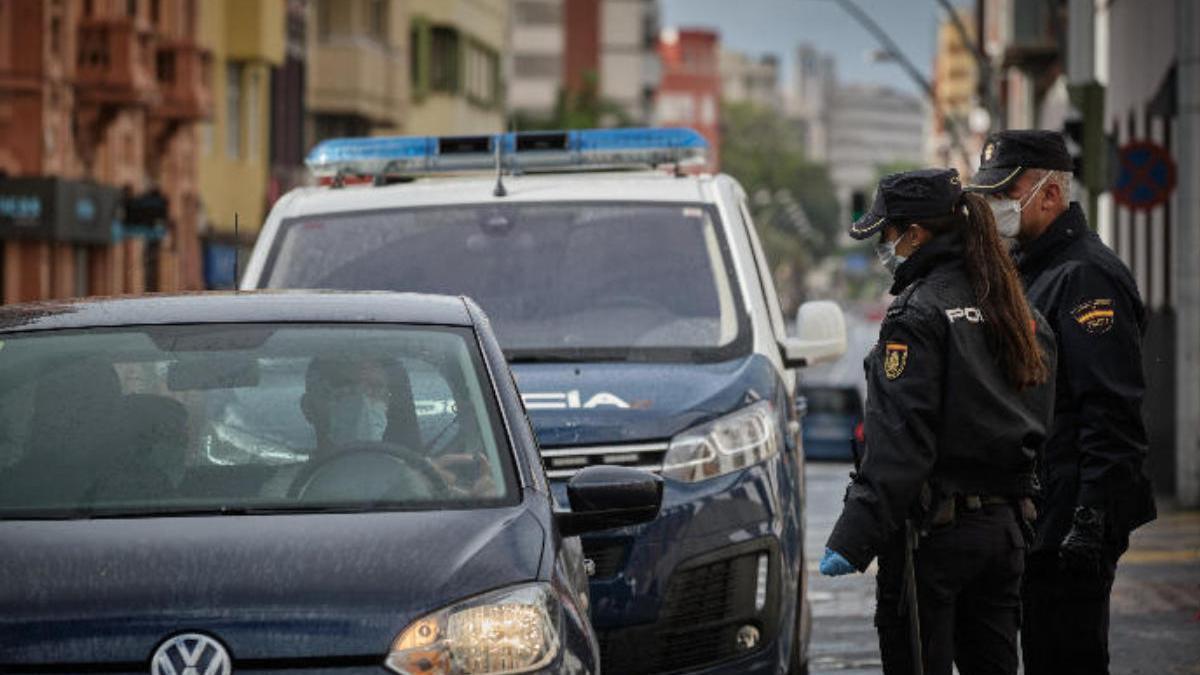 Agentes de la Policía Nacional realizan un control en Santa Cruz de Tenerife.