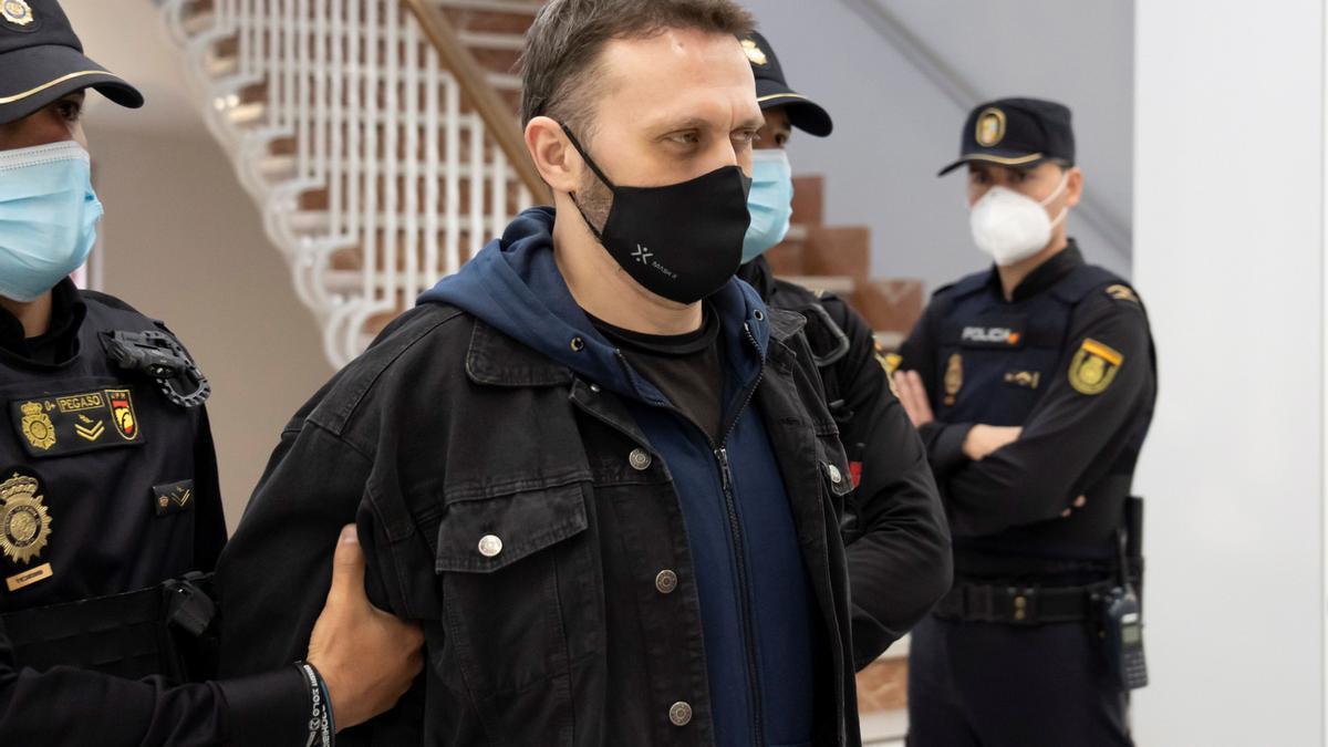 El preso, escoltado por la Policía