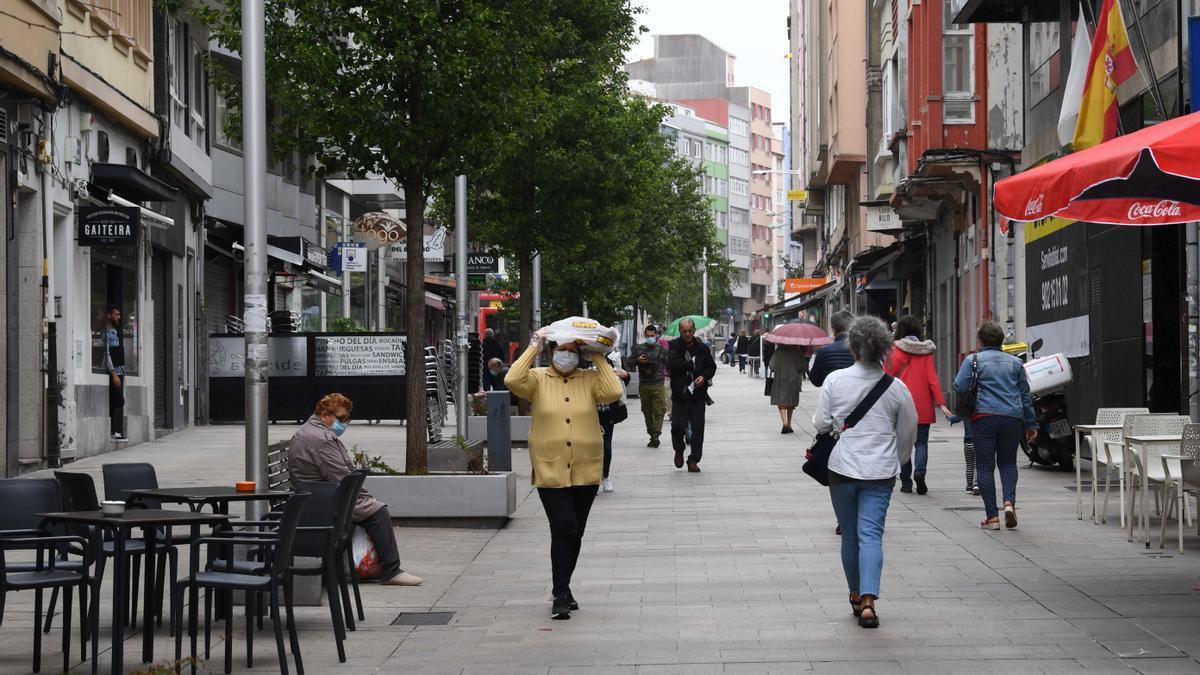 Ciudadanos en una calle de A Coruña.