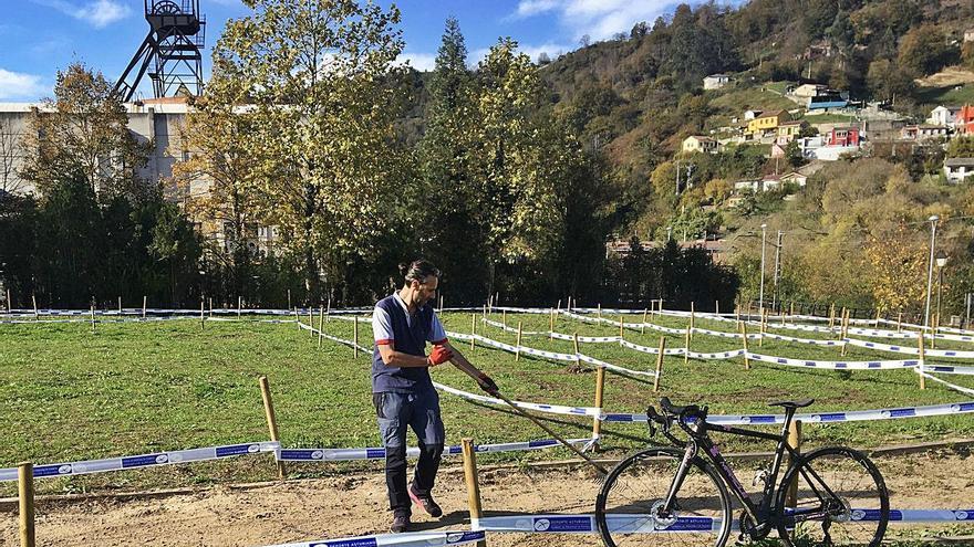 """El circuito de ciclocross de El Entrego estrena recorrido: """"Es un espacio único"""""""