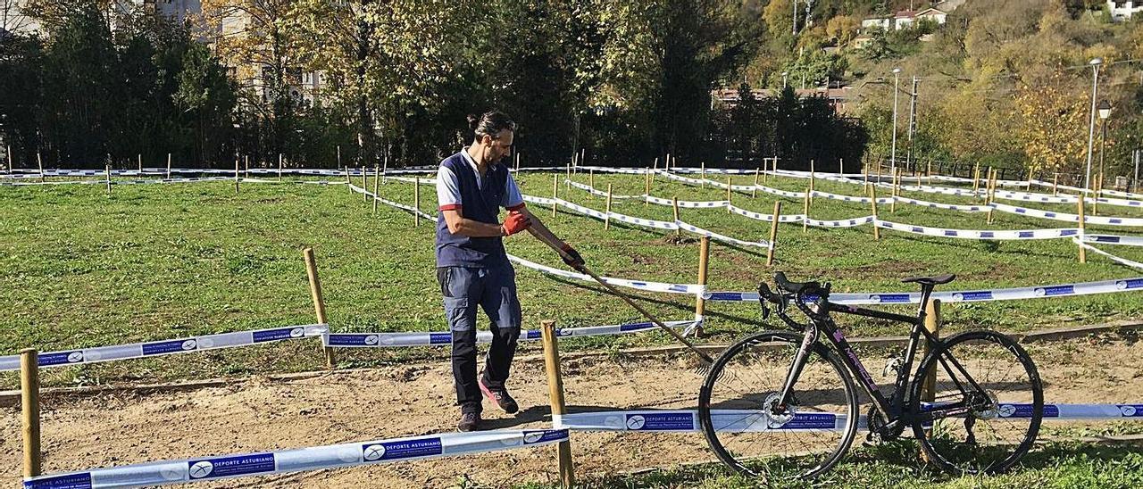 Vicente Merino acondiciona la pista del circuito.