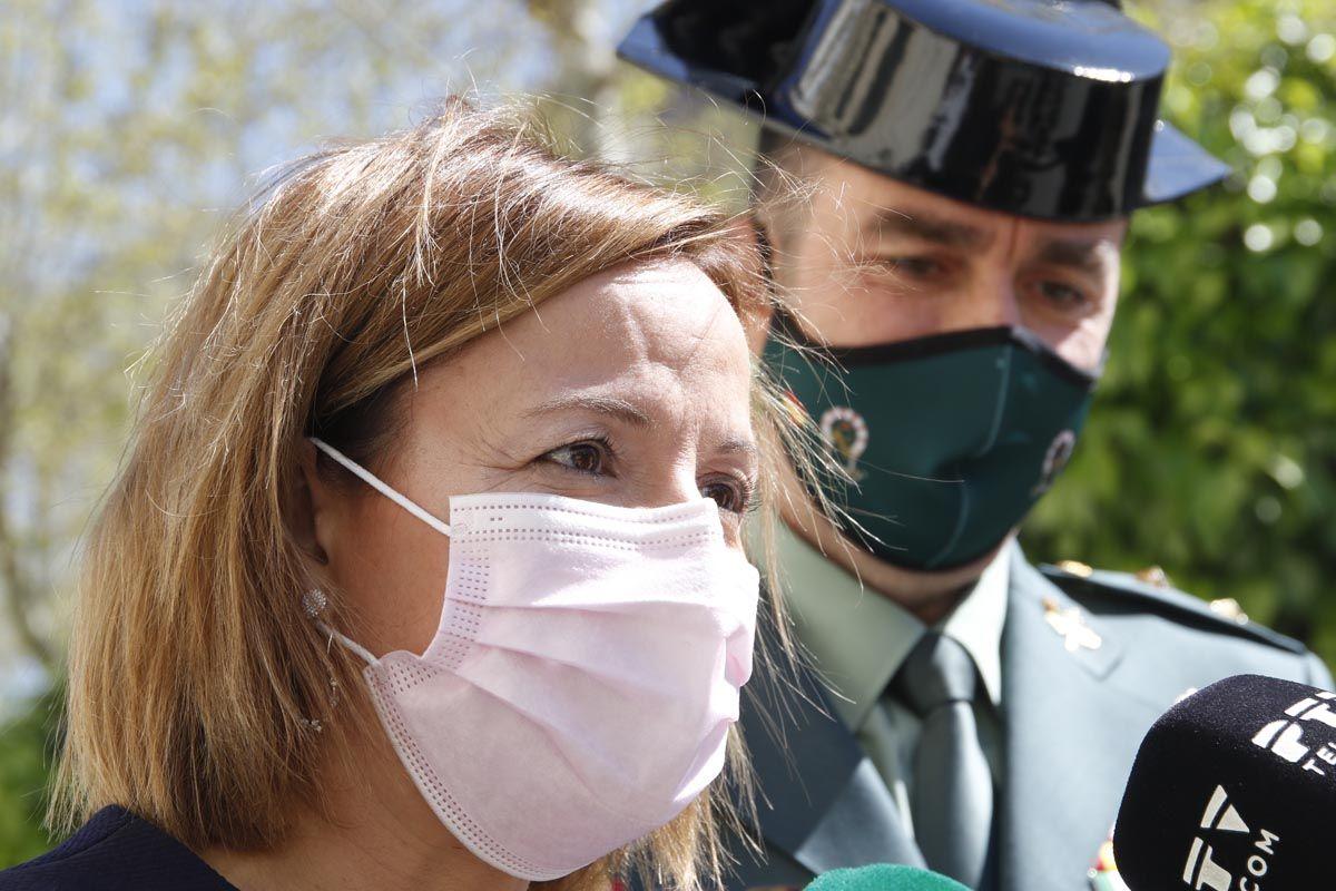 Valle García, gerente del hospital Reina Sofía, recibe la cruz de la Orden del Mérito de la Guardia Civil.
