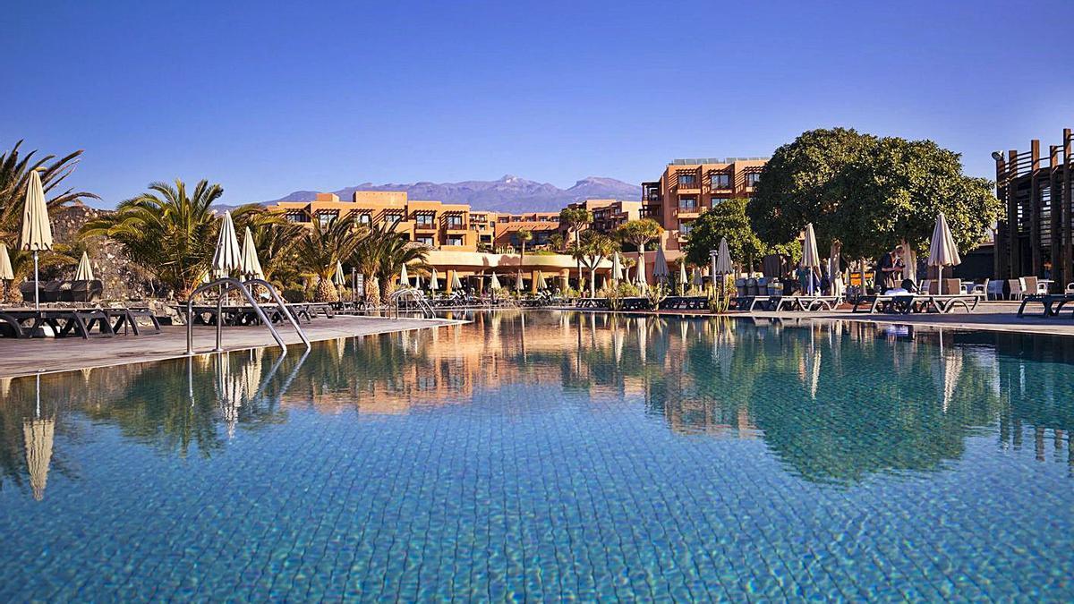 Imagen de la piscina del Hotel Barceló Tenerife.