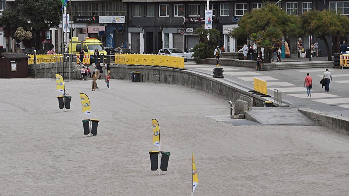 Las vallas de la playa de Riazor, ayer durante los trabajos para su retirada.   | // CARLOS PARDELLAS