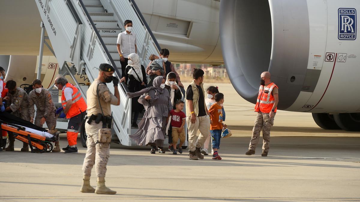 España recibe otro avión con 260 afganos evacuados.