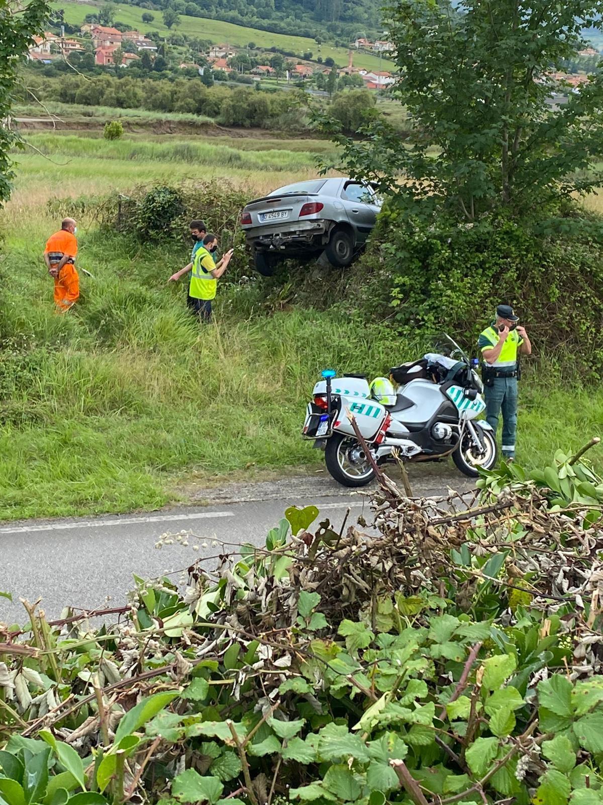 "Aparatoso accidente en Villaviciosa: un coche ""vuela"" sobre un talud de dos metros"