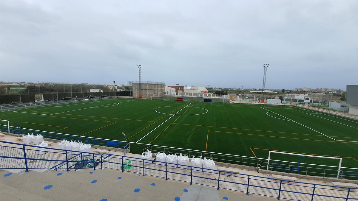 L'ajuntament inverteix recursos propis en la millora del municipi, com el canvi de gespa del camp de futbol.