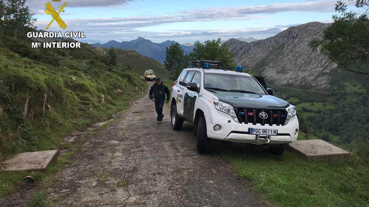 Rescate por la Guardia Civil de dos mujeres extraviadas en Llosa de Viango, en Llanes (Asturias)